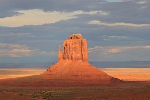 Mitten at dusk lit by late evening sun, Monument Valley Navajo Tribal Park, Utah Arizona border'の写真素材 [FYI03772825]