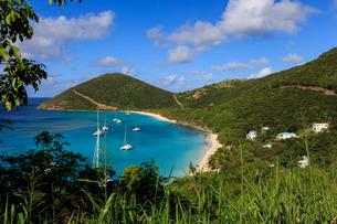 Elevated view of White Bay beaches and yachts, Jost Van Dyke, British Virgin Islands, Caribbeanの写真素材 [FYI03772848]