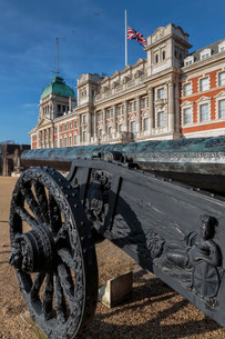 Captured Turkish cannon, Union Flag at half mast on Old Admiralty Building, Horse Guards Parade, Whiの写真素材 [FYI03772882]