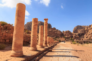 Colonnaded Street, City of Petra ruins, Petra, Jordan, Middle Eastの写真素材 [FYI03772921]