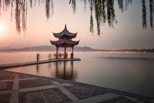 Visitors are taking the last shots with a pagoda at West Lake as the sun is sinking, Hangzhou, Zhejiの写真素材 [FYI03772929]