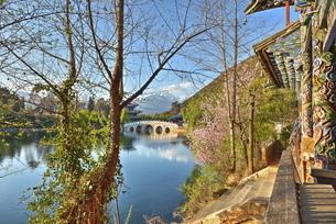 Colourful Yunnan wood carvings with Suocui Bridge and Moon Embracing Pavilion, Lijiang, Yunnanの写真素材 [FYI03772940]