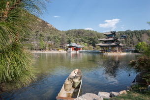 Jade Spring Park and Black Dragon Pool with boat carrying wicker baskets, and Moon Embracing Pavilioの写真素材 [FYI03772949]