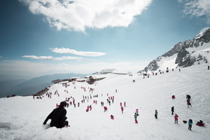 Mostly local tourists playing in the snow on top of Jade Dragon Snow Mountain near Lijiang, Yunnan pの写真素材 [FYI03772954]