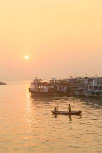 A fishing boat on the Arabian Ocean in front of the Gateway of India, Mumbai, Maharashtraの写真素材 [FYI03772958]
