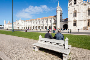 Tourists admire the late Gothic architecture of the Jeronimos Monastery, Santa Maria de Belem, Lisboの写真素材 [FYI03773051]