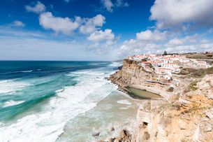 Top view of the perched village of Azenhas do Mar surrounded by the crashing waves of the Atlantic Oの写真素材 [FYI03773057]