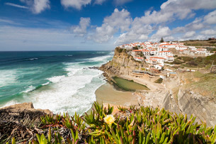 Top view of the perched village of Azenhas do Mar surrounded by the Atlantic Ocean and green vegetatの写真素材 [FYI03773059]