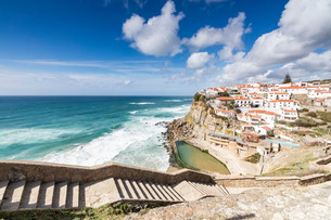 Top view of the perched village of Azenhas do Mar surrounded by the crashing waves of the Atlantic Oの写真素材 [FYI03773060]