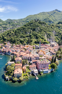 Aerial view of the picturesque village of Varenna surrounded by Lake Como and gardens, Lecco Provincの写真素材 [FYI03773078]
