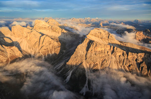 A helicopter flight is the perfect way to enjoy the majesty of the Dolomites, South Tyrolの写真素材 [FYI03773123]
