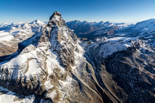 The massive shape of the Matterhorn sorrounded by its mountain range covered in snow, Swiss Canton oの写真素材 [FYI03773155]