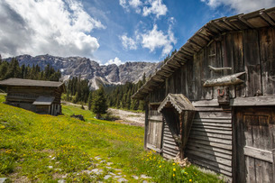 Typical wooden houses in the Funes Valley in the Dolomites by the Passo delle Erbe, South Tyrolの写真素材 [FYI03773171]