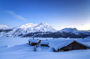 The blue hour leaving its place to the night over some scattered huts in Spluga by the Maloja Pass,の写真素材 [FYI03773213]