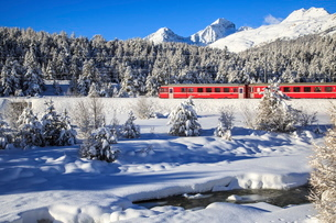 The Bernina Express in a snow-capped Engadineの写真素材 [FYI03773246]