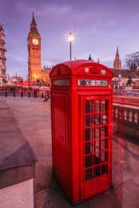 Typical English red telephone box near Big Ben, Westminsterの写真素材 [FYI03773289]