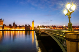 View of Big Ben and Palace of Westminster, River Thames and Westminster Bridge at nightの写真素材 [FYI03773295]