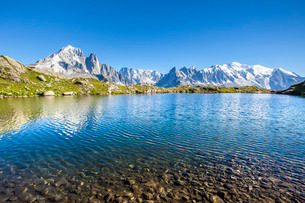 Mont Blanc from Lac des Cheserys, Haute Savoie. French Alpsの写真素材 [FYI03773304]