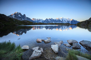 Mont Blanc range reflected at sunrise from the shore of Lac des Cheserys, Aiguilles Rouges, Chamonixの写真素材 [FYI03773305]