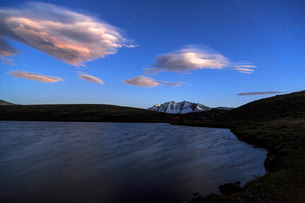 Pink clouds after sunset on Rossett Lake at an altitude of 2709 meters, Gran Paradiso National Park,の写真素材 [FYI03773313]