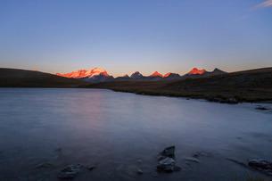 Sunset on Rossett Lake at an altitude of 2709 meters. Gran Paradiso National Park, Alpi Graie (Graiaの写真素材 [FYI03773315]