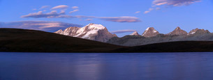 Panorama of the Gran Paradiso range at sunset from Lake Rossett, Colle del Nivolet, Alpi Graie (Graiの写真素材 [FYI03773325]