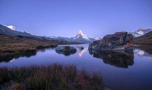 The Matterhorn reflected in Stellisee at sunrise, Zermatt, Canton of Valais, Pennine Alps, Swiss Alpの写真素材 [FYI03773368]