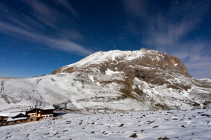 The mountain hut at the foot of Plattkofel (Sasso Piatto) under a starry winter night, South Tyrol,の写真素材 [FYI03773377]