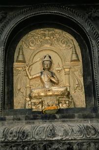 Close-up of gold relief carving of Manjushri, Bodhgaya (Bodh Gaya), Bihar stateの写真素材 [FYI03773651]