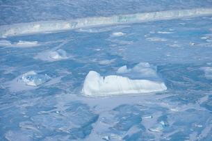 Icebergs and pack ice seen on heli flight from Russian icebreaker, Kapitan Khlebnikov, Weddell Sea,の写真素材 [FYI03773846]