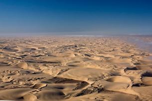 Aerial photo of sand dunes, Skeleton Coast Park, Namibiaの写真素材 [FYI03773893]
