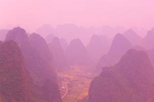 Karst landscape and haze, Yangshuo, Guangxi Provinceの写真素材 [FYI03774080]