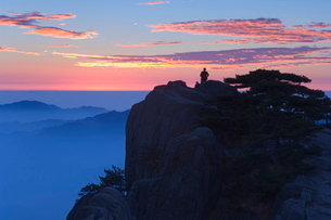 Men watching sunrise, Huang Shan (Yellow Mountain), Anhui Provinceの写真素材 [FYI03774085]