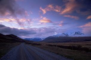 Country road, Rakaia Gorge, South Island, New Zealandの写真素材 [FYI03774165]