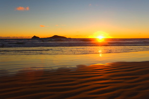 Whisky Bay and Bass Strait at sunset, Wilsons Promontory National Park, Victoriaの写真素材 [FYI03774191]