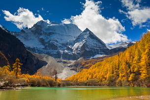 Xiannairi mountain and Pearl Lake, Yading Nature Reserve, Sichuan Provinceの写真素材 [FYI03774246]