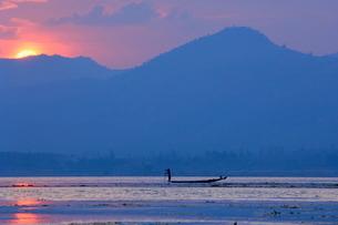 Fisherman on Inle Lake, Shan Statesの写真素材 [FYI03774278]