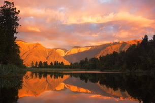 Sunset, Lake Matheson and Southern Alps, Westland, South Island, New Zealandの写真素材 [FYI03774294]