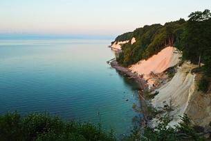 Sunrise at the chalk cliffs, Jasmund National Park, Ruegen Island, Mecklenburg-Vorpommernの写真素材 [FYI03774547]