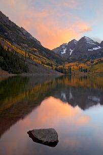 Maroon Bells with fall colors during a clearing storm in the evening, White River National Forest, Cの写真素材 [FYI03775231]