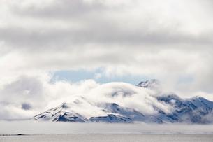 Cloud-covered mountains near Hornsund, Svalbard Islands, Arctic, Norwayの写真素材 [FYI03775237]
