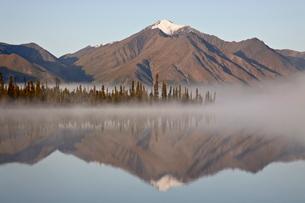 Mountain reflected in a lake with fog, Denali Highway, Alaska'の写真素材 [FYI03775512]
