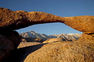 Lathe Arch framing Mount Whitney at first light Alabama Hills, Inyo National Forestの写真素材 [FYI03775789]
