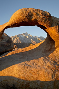 Mobius Arch and Eastern Sierras at first light, Alabama Hills, Inyo National Forestの写真素材 [FYI03775790]
