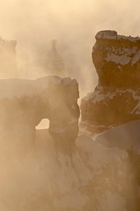 Foggy sunrise at Sunrise Point with snow, Bryce Canyon National Park, Utah. North Americaの写真素材 [FYI03775806]