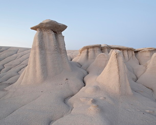 Hoodoos and erosion drainage, Bisti Wilderness, New Mexico'の写真素材 [FYI03775850]