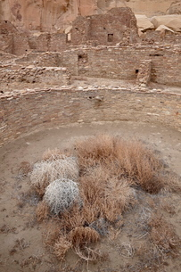 Kiva and other structures at Pueblo Bonito, Chaco Culture National Historic Park, New Mexico'の写真素材 [FYI03775921]