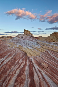Red and white sandstone stripes at sunrise, Valley of Fire State Park, Nevada'の写真素材 [FYI03776236]