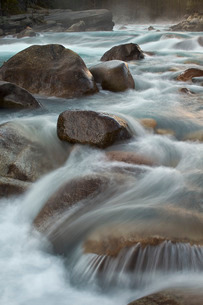 Cascades on the Mistaya River, Banff National Park, Albertaの写真素材 [FYI03776383]