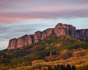 Owl Creek Pass palisade with fall color, Uncompahgre National Forest, Colorado'の写真素材 [FYI03776888]